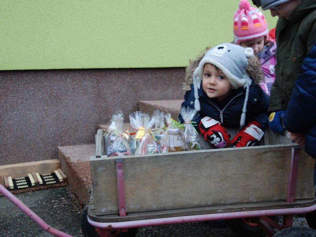 Děti ze školičky rozvážejí balíčky osamělým babičkám a dědečkům 1
