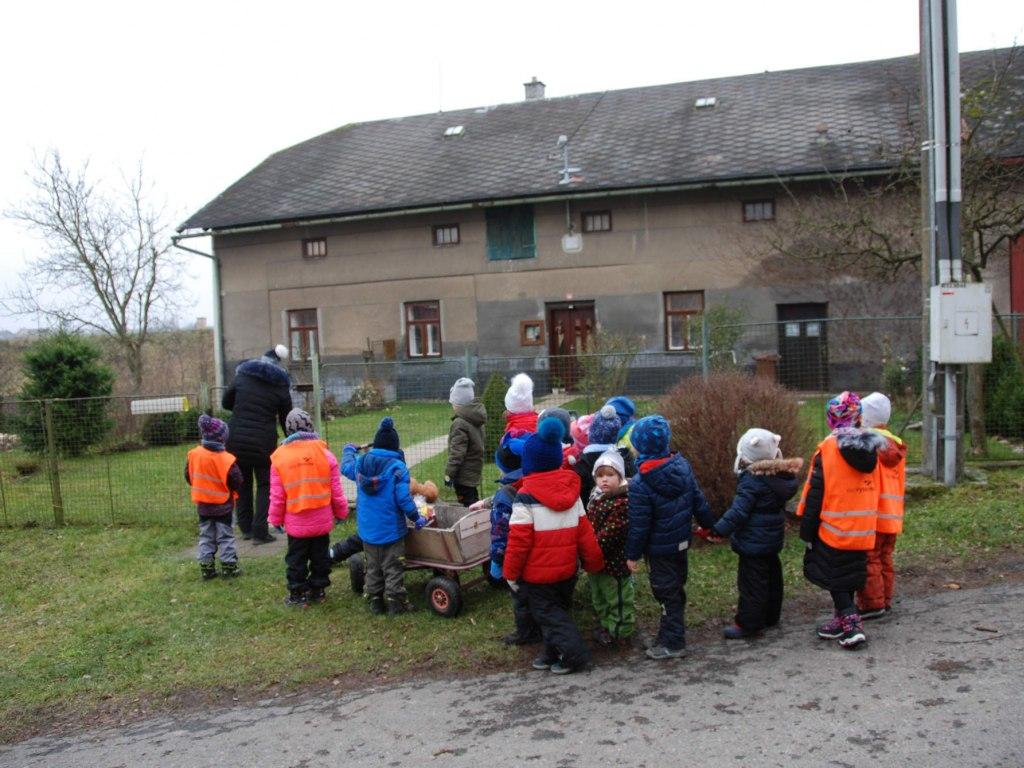 Děti ze školičky rozvážejí balíčky osamělým babičkám a dědečkům 2