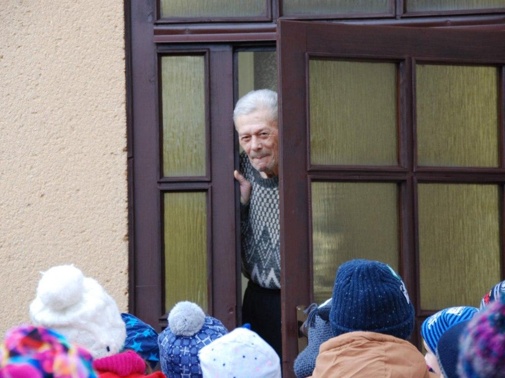 Děti ze školičky rozvážejí balíčky osamělým babičkám a dědečkům 3