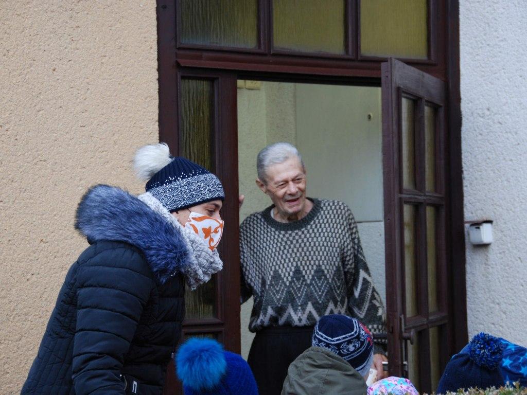 Děti ze školičky rozvážejí balíčky osamělým babičkám a dědečkům 4